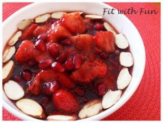 Porridge al Cocco e Cacao con Fragole, Melograno e Mandorle