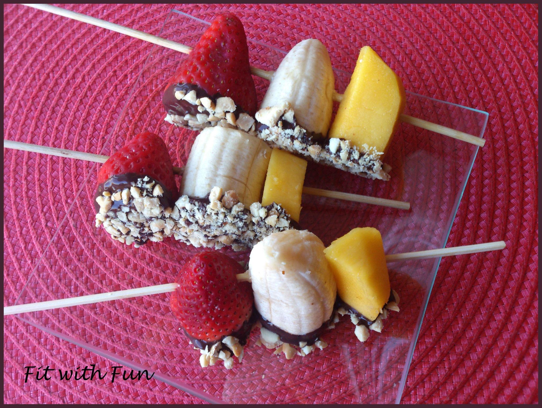 Spiedini di Frutta bagnati nel Cioccolato e Arachidi