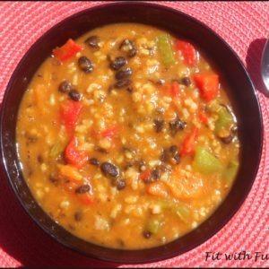 Zuppa Chili alla Zucca con Fagioli Neri e Verdure